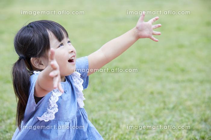 手を広げる日本人の女の子