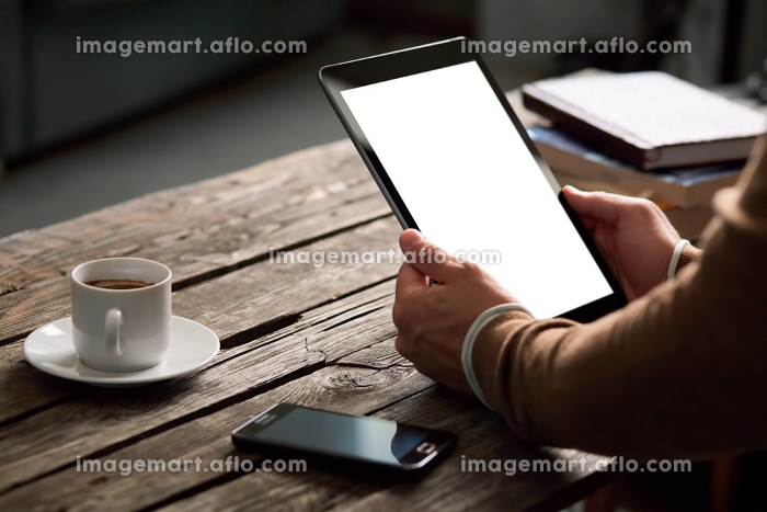Tablet computer with isolated screen in male handsの販売画像