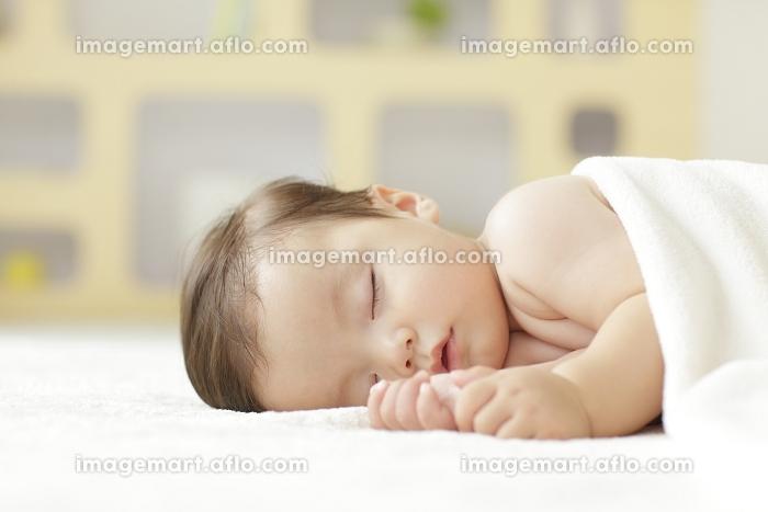 リビングで眠る裸の赤ちゃん