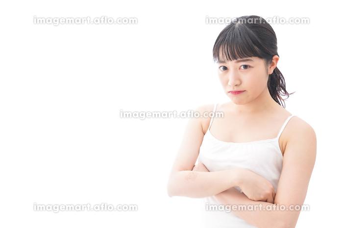 怒りを感じる若い女性の販売画像