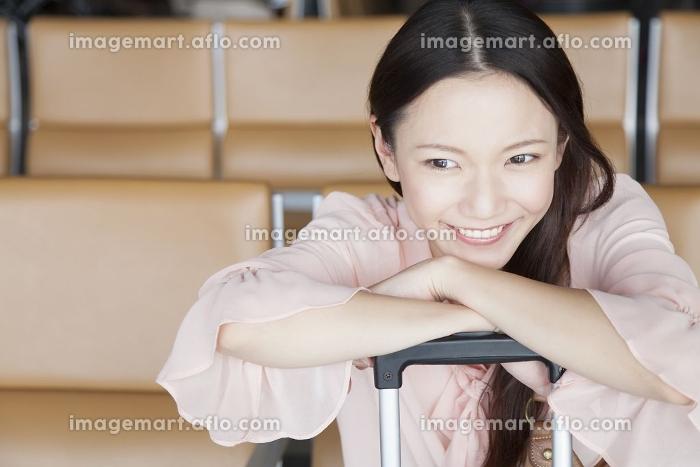 待合ロビーで微笑む女性の販売画像