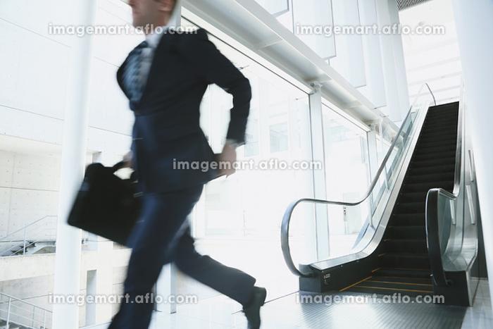 走るビジネスマンの販売画像
