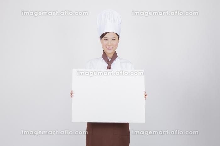 ホワイトボードを持つ女性料理人