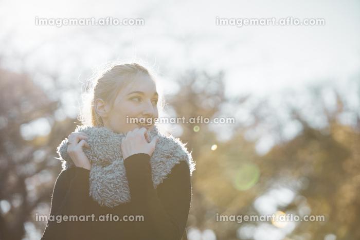 公園を散歩する女性の販売画像