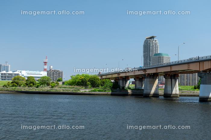 青空広がる初夏の荒川と川口市の風景の販売画像