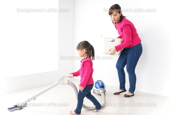 家事の手伝いをする子どもの販売画像