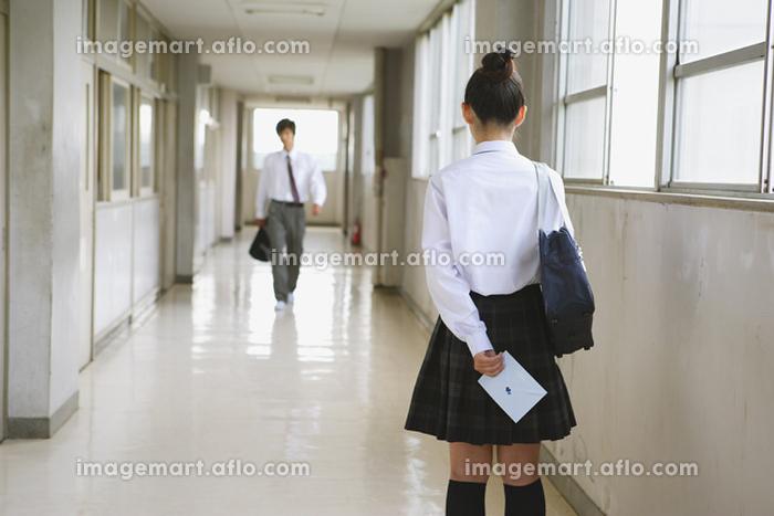 女子高生と手紙の販売画像
