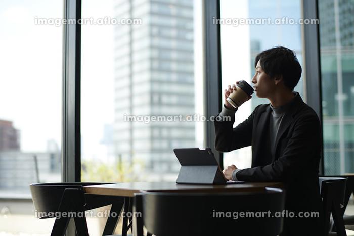 飲み物を飲む日本人男性