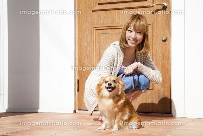 散歩に出かけるチワワと笑顔の女性の販売画像