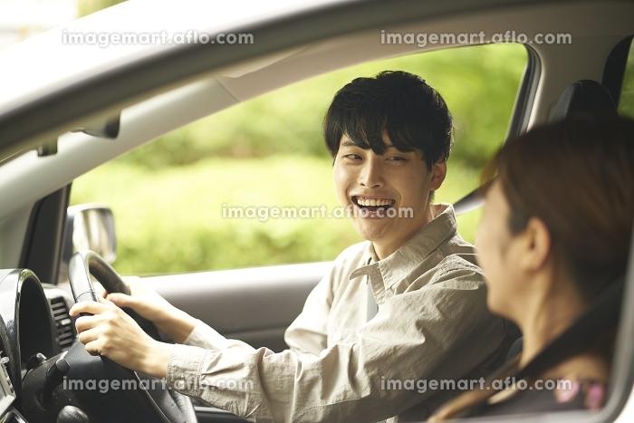ドライブをする日本人カップル