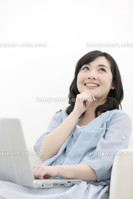 考え事をする女性の販売画像
