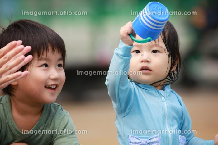 水遊びする子供たちの販売画像