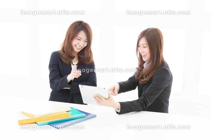 タブレットを見る二人の女性 ビジネスの販売画像