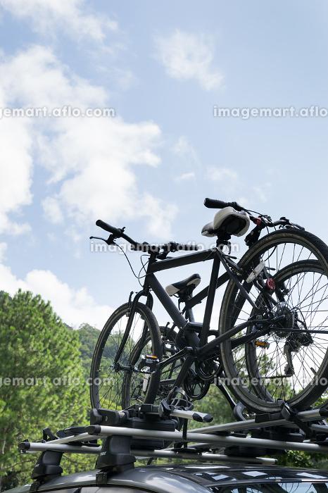 自転車を積んだ車と風景の販売画像
