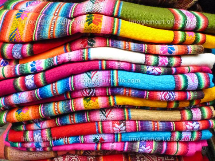 ボリビアの先住民族インディヘナのカラフルなエスニック柄の伝統的織物が積まれた様子の販売画像