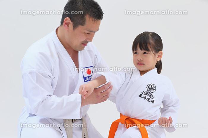 空手の稽古をする日本人の子供の販売画像