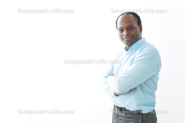 腕を組む黒人の男性の販売画像