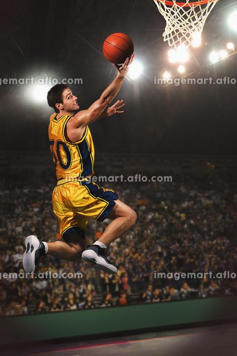 シュートをするバスケット選手の販売画像