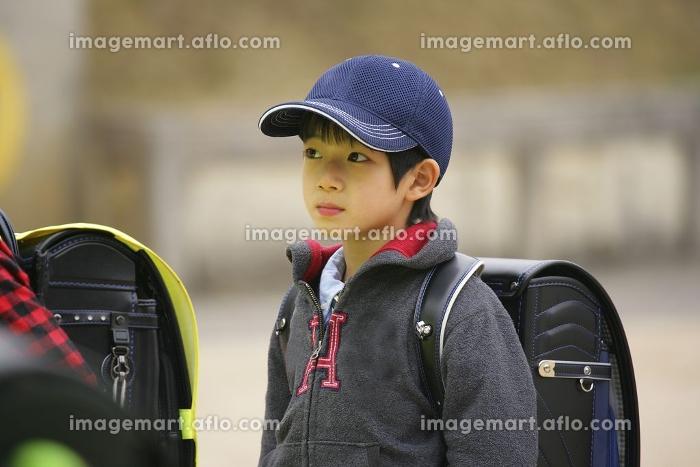 運動場を歩く子供