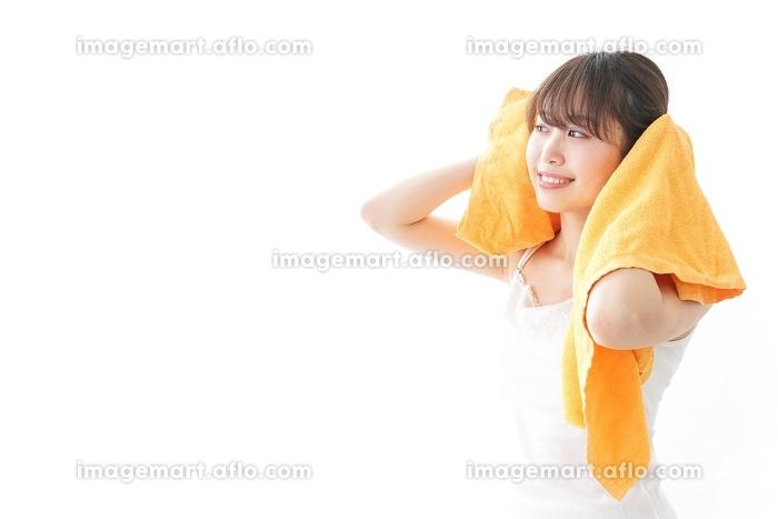 お風呂上りにリラックスをする女性の販売画像