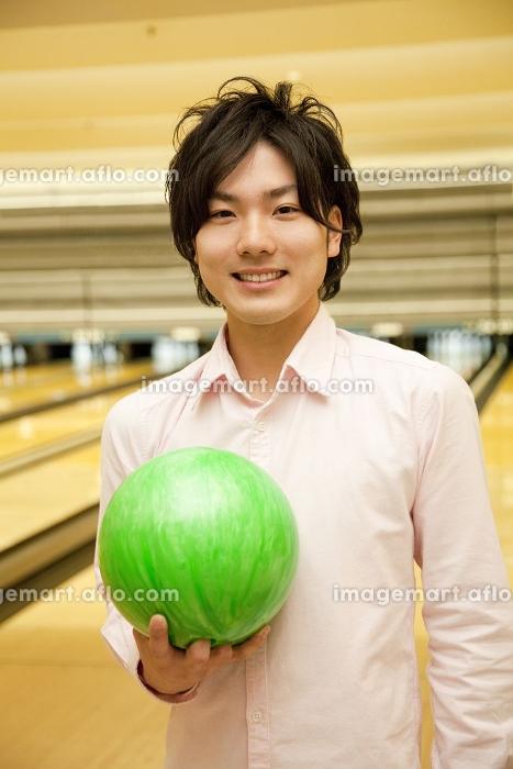 ボウリングの球を持つ男性の販売画像