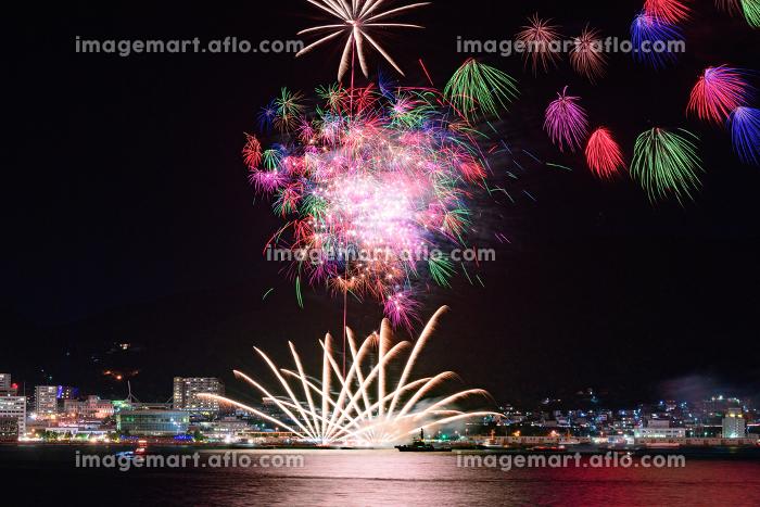 日本の夏祭りの美しい打上花火 関門海峡花火大会の販売画像