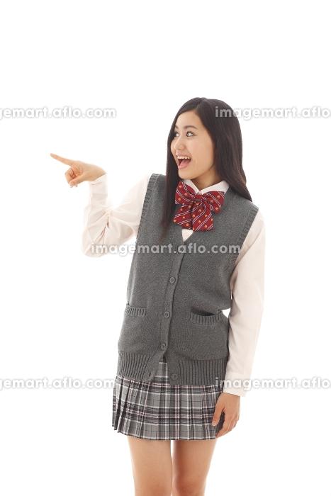指さしポーズをする女子高生の販売画像