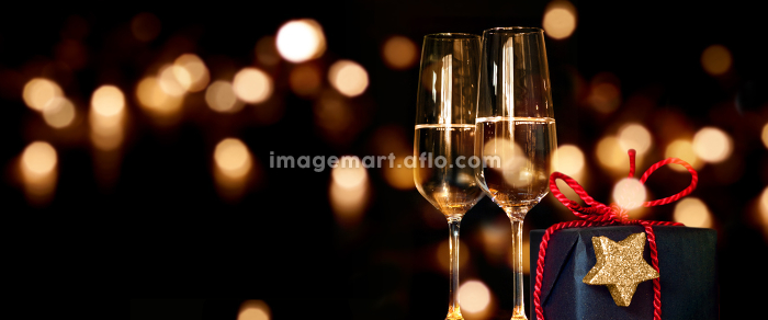 christmas present with champagne glassesの販売画像