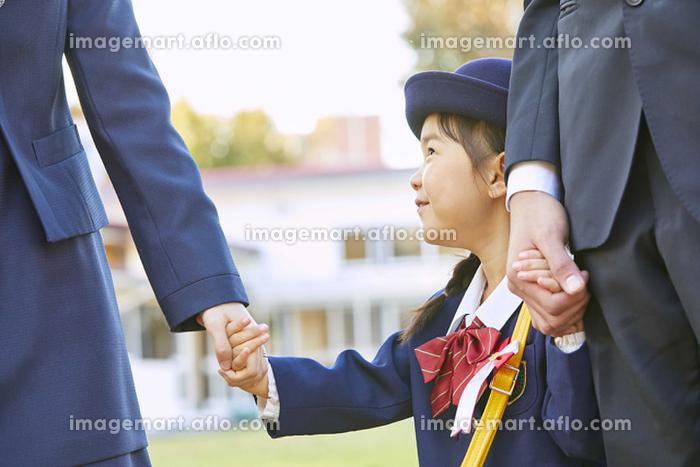 手を繋ぐ日本人家族の販売画像