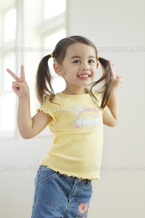 リビングに立つ笑顔の女の子の販売画像