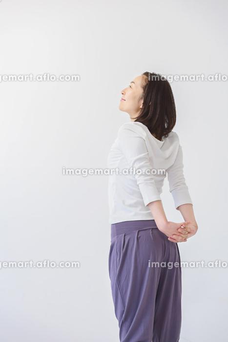 ストレッチをする40代女性の販売画像