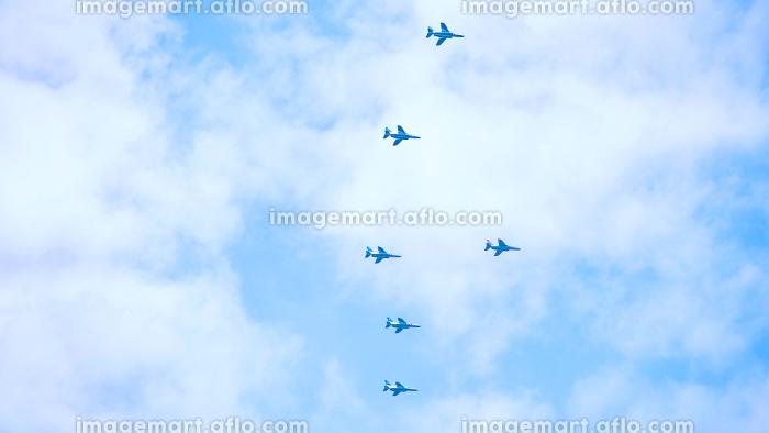 遠くの空を飛ぶ飛行機の編隊の販売画像