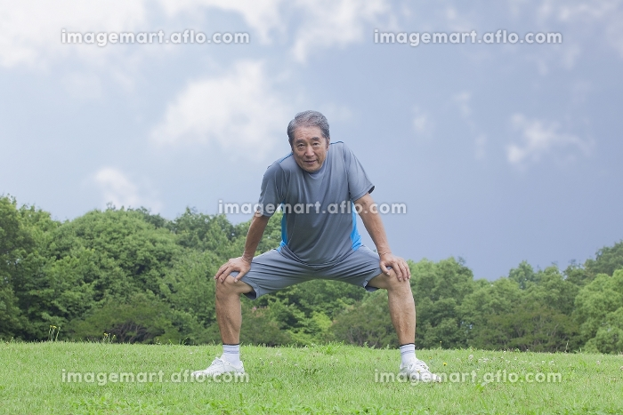 体操をするシニアの男性の販売画像