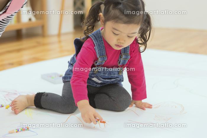 お絵描きする子供たち
