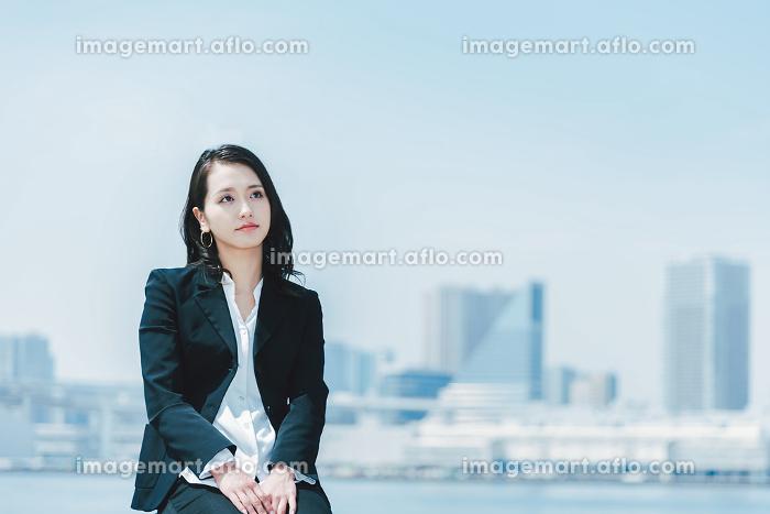 考え事をする女性(休憩・ビジネスイメージ)の販売画像