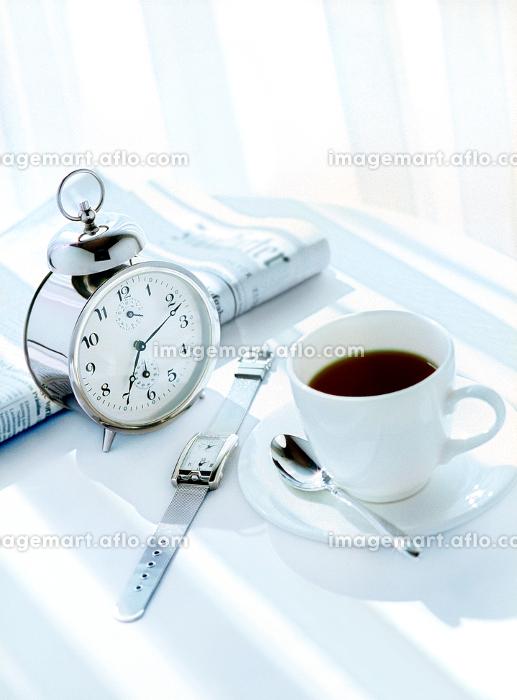 目覚まし時計と新聞とコーヒーの販売画像