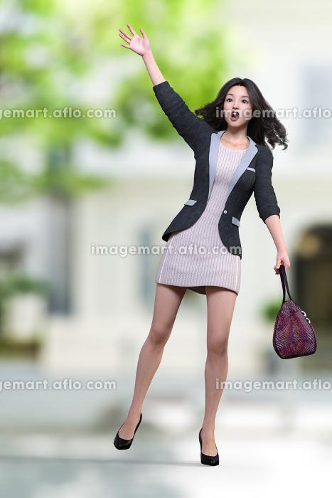 ストライプ柄のワンピースを着た女性がタクシーを止めようと口を大きく開けて片手を上げている