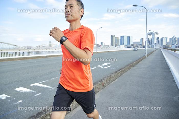 ジョギングをする日本人男性