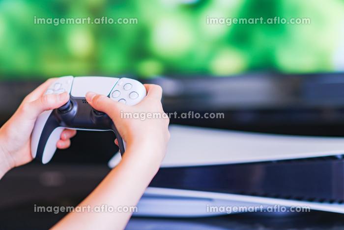 ゲーム コントローラで遊ぶティーンエイジャー 【eスポーツ】の販売画像