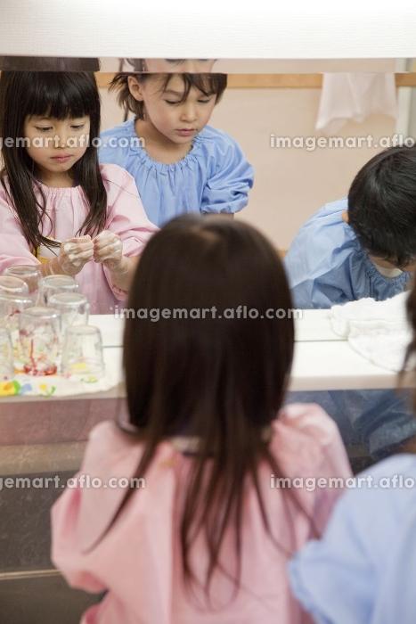 手を洗う幼稚園児の販売画像
