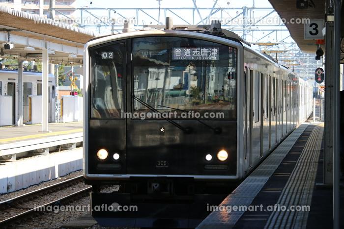 駅に進入する305系の販売画像