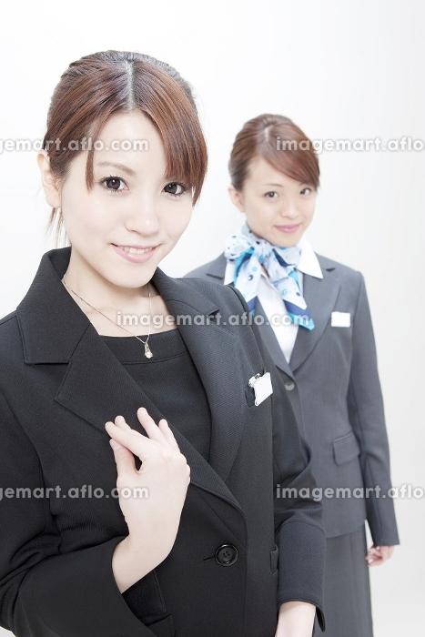制服を着た女性2人