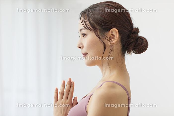ヨガをする若い日本人女性の販売画像