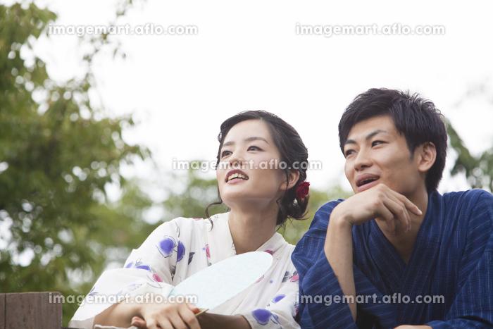 橋で話す浴衣姿のカップル