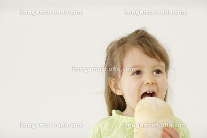 パンを食べるハーフの女の子の販売画像