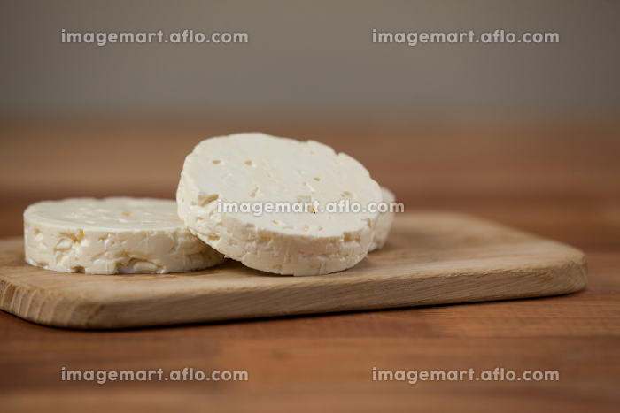 Slices of cheese on chopping boardの販売画像