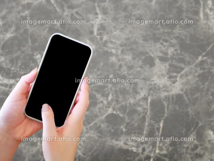 スマートフォンを操作する女性の販売画像