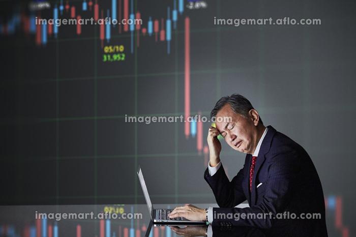 頭を抱える日本人ビジネスマン