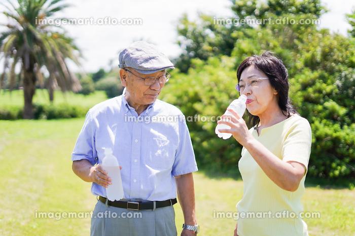 水分補給をする高齢者の販売画像