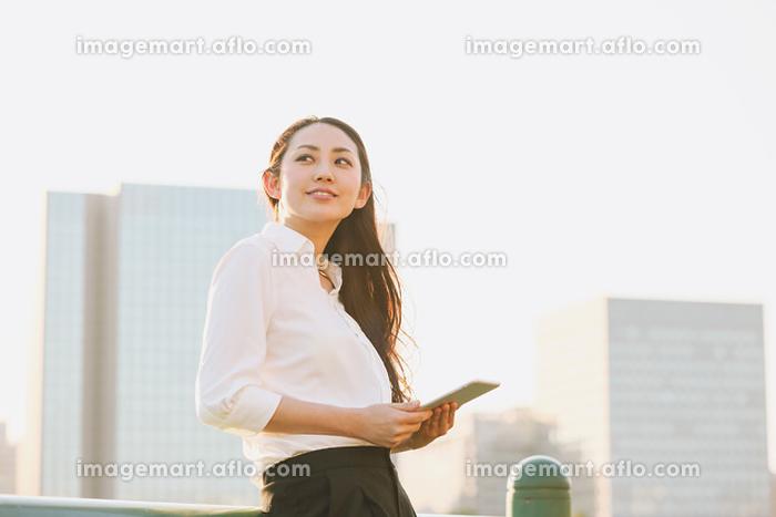 タブレットを見る日本人女性の販売画像